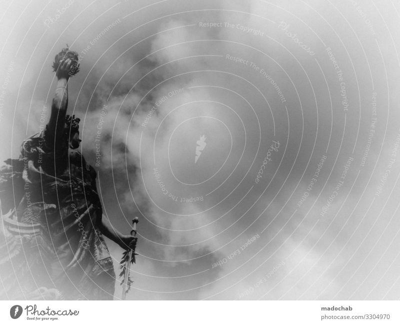Statue reckt einen Lorbeerkranz zum Himmel als Zeichen des Sieges Gewinner Gott göttlich erhaben Sieger Macht mächtig Nebel Skulptur Denkmal antik Kunst Kultur