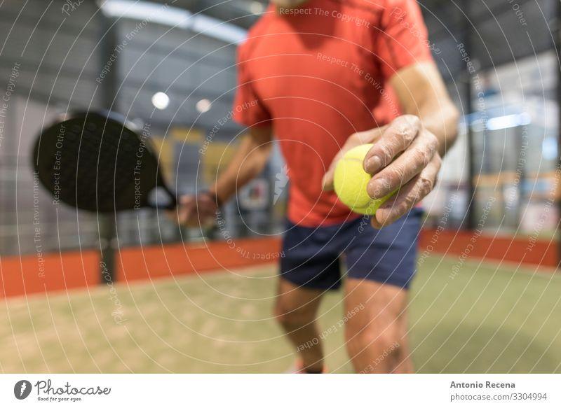 älterer Mann spielt Paddle-Tennis auf dem Platz Spielen Sport Erwachsene Hand Glatze Vollbart alt Konkurrenz Senior Paddeltennis Padel Gerichtsgebäude