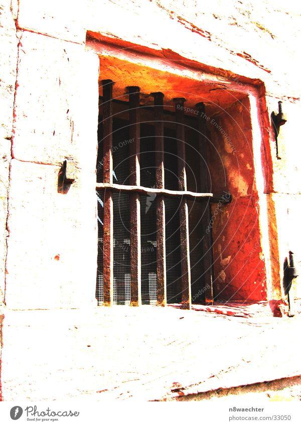 Kein Entrinnen? weiß Sonne Fenster Stein hell orange Architektur Rahmen Gitter Maserung Festung Scharnier Grenzbefestigung