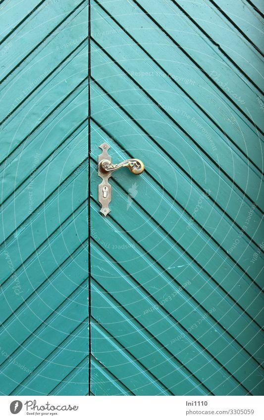 Tür mit Messingklinke Kleinstadt Stadtzentrum Menschenleer Burg oder Schloss Holz Metall grün türkis Eingangstür Griff verrückt Muster historisch