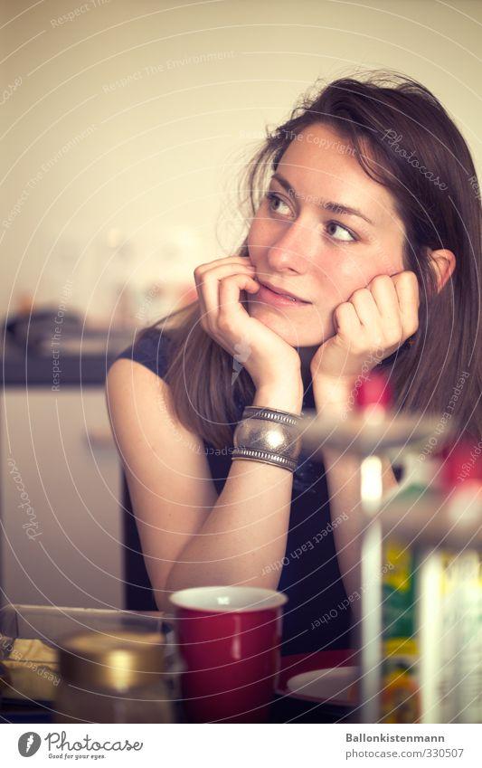 Johanna. Frühstück feminin Junge Frau Jugendliche 1 Mensch 18-30 Jahre Erwachsene beobachten Denken Lächeln Blick träumen natürlich Zufriedenheit Erwartung