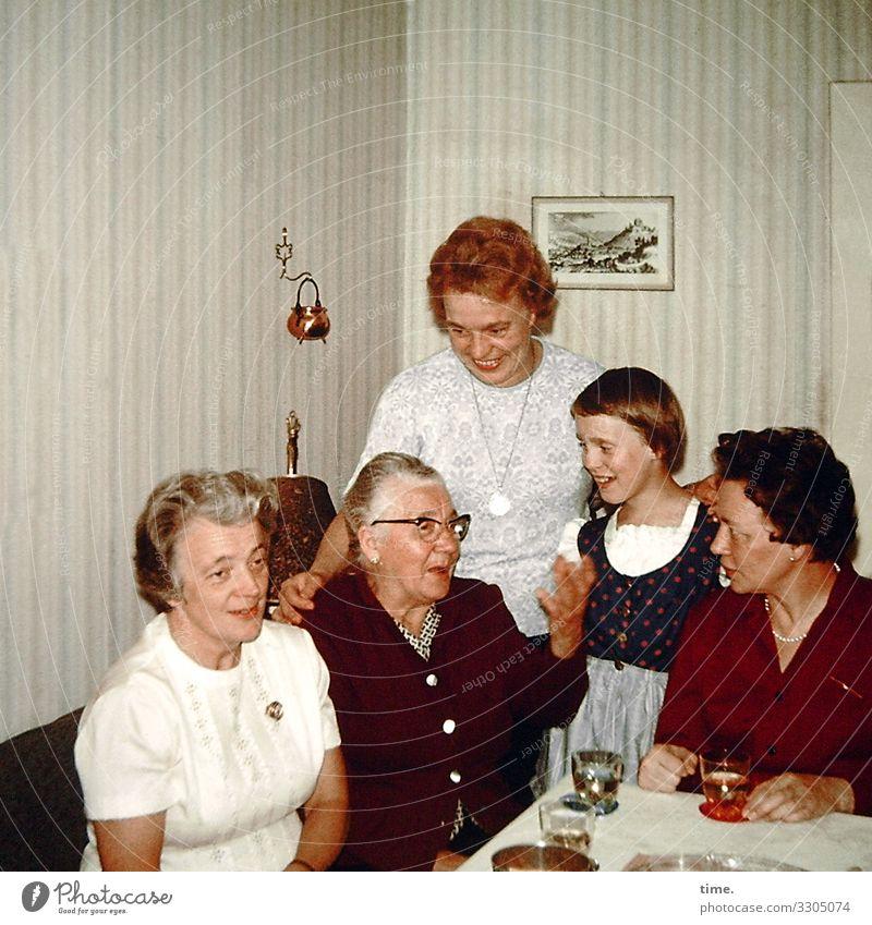 neulich in der guten Stube Häusliches Leben Wohnung Innenarchitektur Dekoration & Verzierung Tisch Tapete feminin Mädchen Frau Erwachsene Weiblicher Senior 5