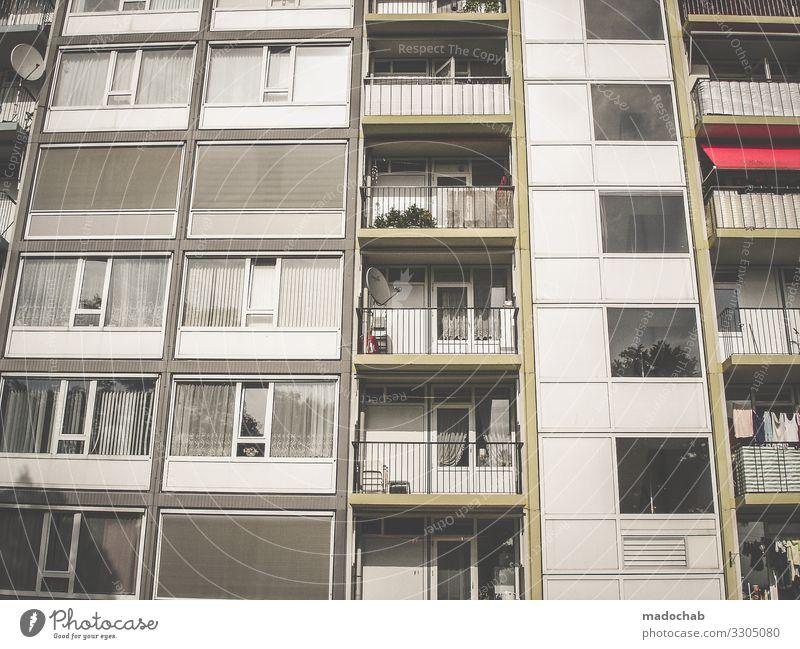 Lockdown Leben wohnen Balkon Fenster Haus Immobilie Gebäude Architektur Wohnung Häusliches Leben Fassade Menschenleer Außenaufnahme Bauwerk trist Hochhaus Beton