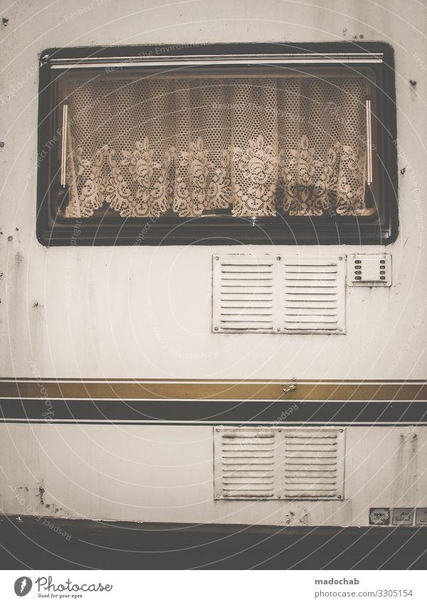 Außenansicht eines Wohnwagens Tiny house mit Gardinen Wohnen Leben Fenster Häusliches Leben Camping Außenaufnahme Wohnmobil Ferien & Urlaub & Reisen
