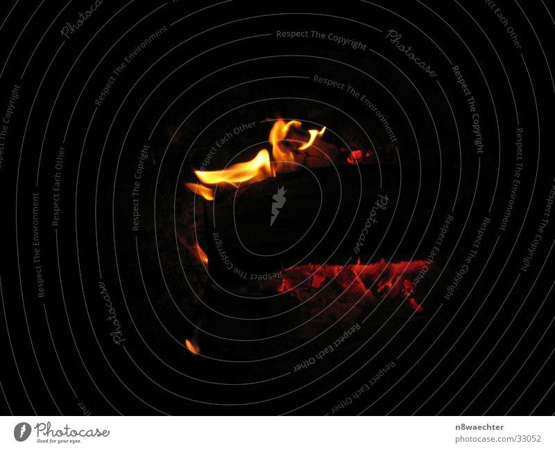 Feuer und Flamme Brand brennen Brandasche Glut glühend Holzkohle züngeln