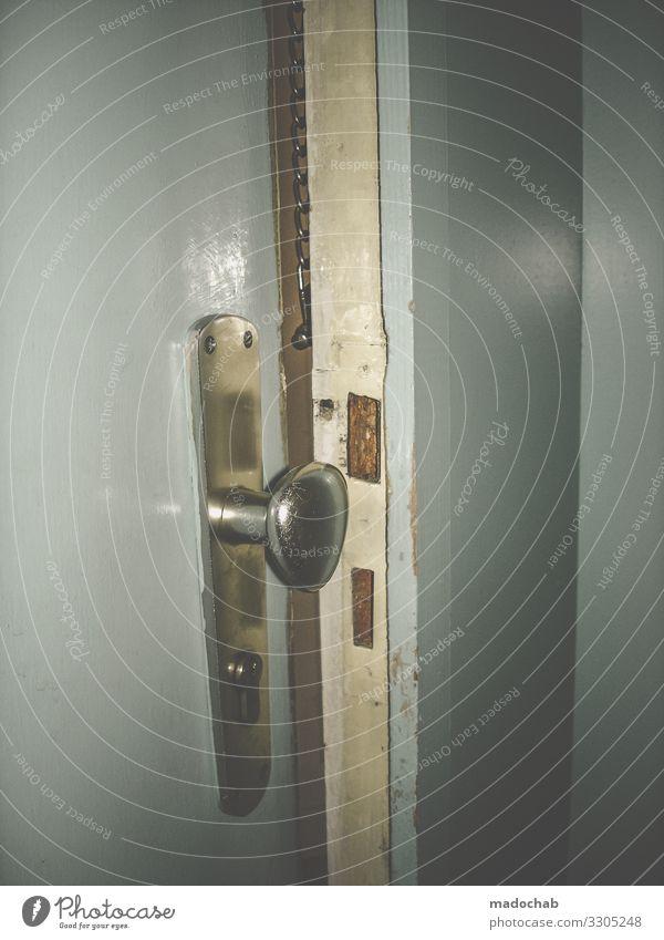 Sicherheit Häusliches Leben Wohnung Tür Schutz Verantwortung achtsam Wachsamkeit bedrohlich Todesangst planen Politik & Staat Sorge Einbruch Griff Eingangstür
