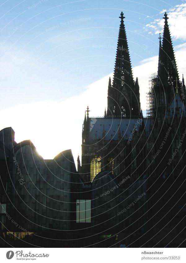 Museum und Dom Köln Fenster Beleuchtung Wolken Gotteshäuser alt neu Kontrast Sonne Turm Himmel blau