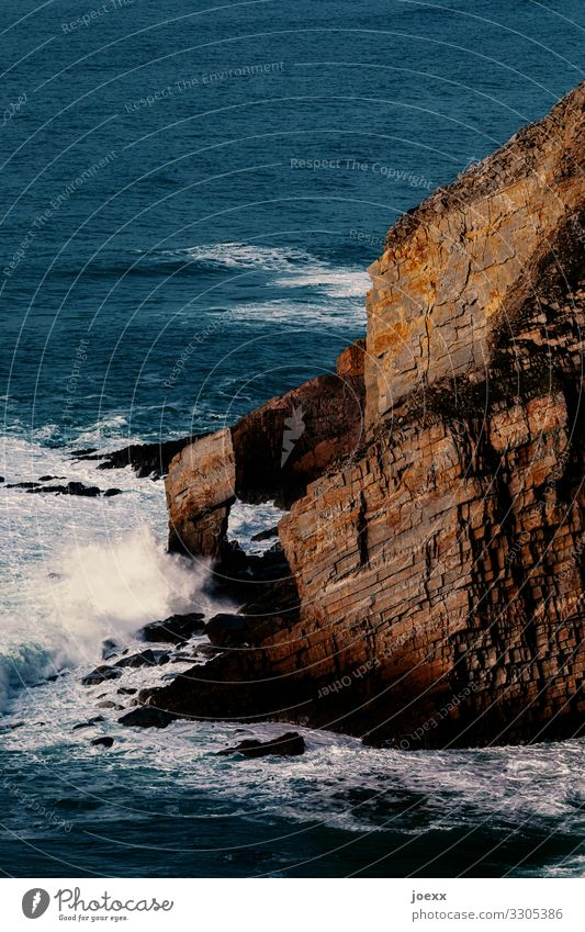 Steile Felsküste mit Brandung Wasser einsam Bretagne Weitwinkel Tag Außenaufnahme braun blau Menschenleer Landschaft außenaufname Felsen Meer Brücke Mauer