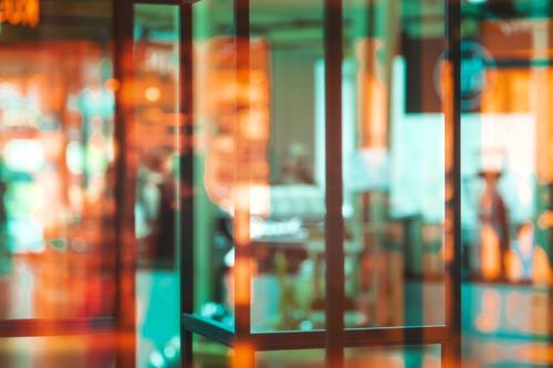 shopping Stadt Fußgängerzone Menschenleer Fenster modern trashig grün orange schwarz weiß Schaufenster Ladengeschäft Farbfoto mehrfarbig Innenaufnahme