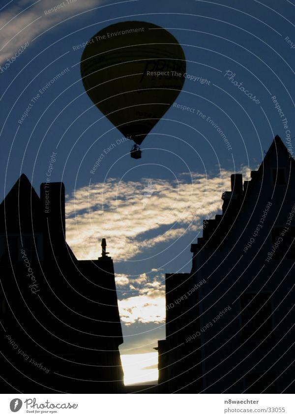 Heisse Luft über Köln III Ballone Wolken weiß Haus Luftverkehr Shilouette Himmel Sonne Kontrast blau Abend Altstadt