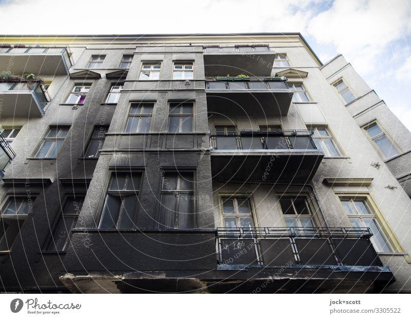 Brandspur am Haus Stadthaus Fassade Balkon Ruß authentisch dreckig Vergänglichkeit Wandel & Veränderung Zerstörung Ereignisse Strukturen & Formen