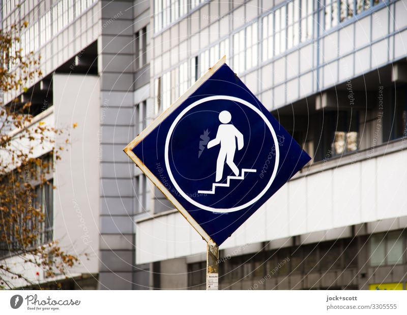 zur Unterführung DDR Treppe Fassade Fußgänger Hinweisschild Piktogramm authentisch eckig retro blau Mobilität Ordnung Stil Vergangenheit Stadtzentrum