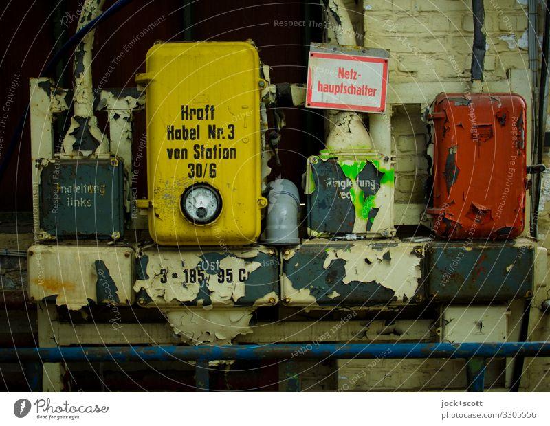Leitung mit Kraft durch Schalter Fabrik Industrie DDR Wand Eisenrohr Metall Hinweisschild Warnschild Beschriftung Wort authentisch kaputt retro Kontrolle