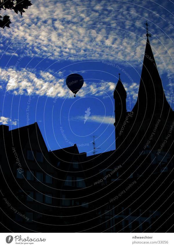 Heisse Luft über Köln II Ballone Wolken weiß Luftverkehr Shilouette Himmel Kontrast blau Abend Religion & Glaube Turm Altstadt