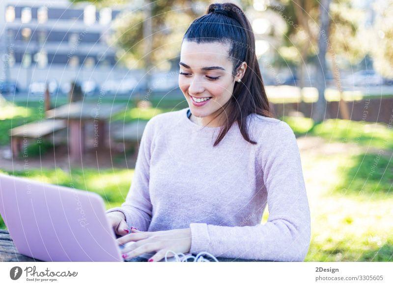 Junge schöne Frau sitzt im Freien und arbeitet am Computer Lifestyle Glück Studium Arbeit & Erwerbstätigkeit Business Notebook Technik & Technologie Mensch