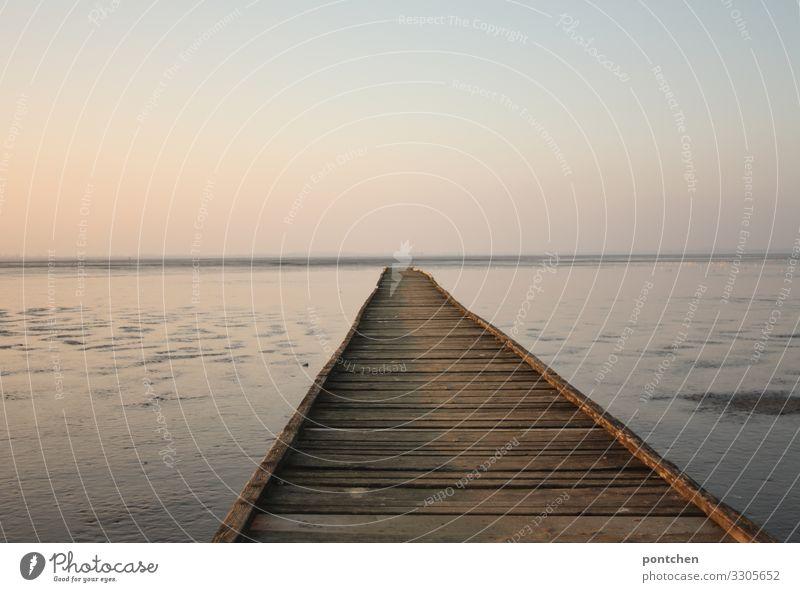 Langer Steg aus Holz führt aufs Meer. Sonnenuntergang. Erholung, Einsamkeit, idylle Natur Urelemente Wasser Himmel Wolkenloser Himmel Horizont Sonnenaufgang