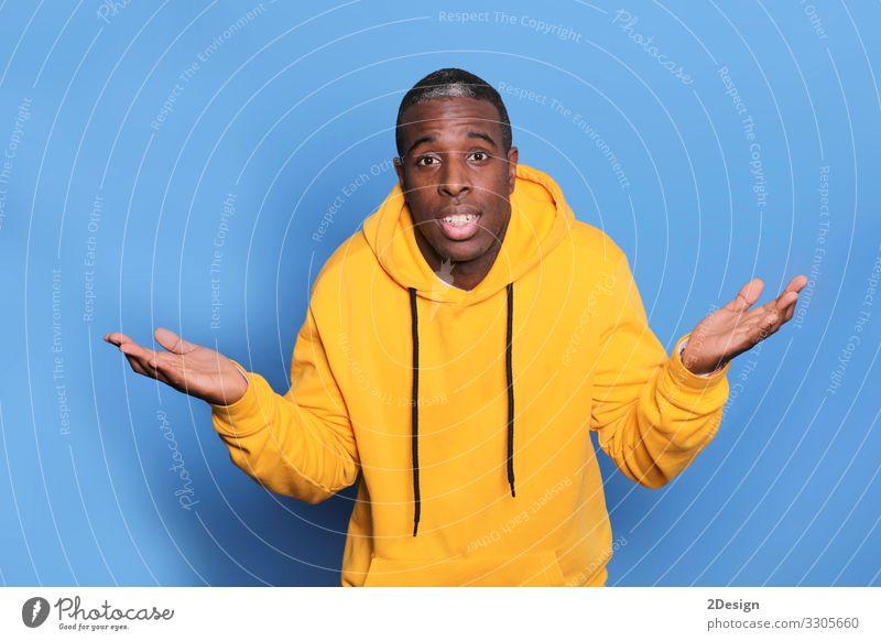 Horizontale Aufnahme eines freundlich aussehenden Schwarzen, der die Hände ausbreitet sprechen Mensch maskulin Junger Mann Jugendliche Erwachsene 1 18-30 Jahre