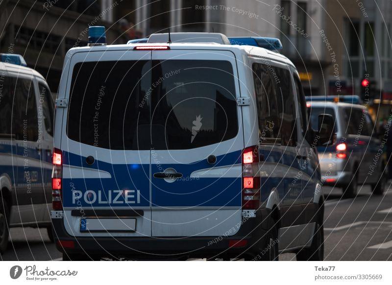 #Polizei Verkehr Verkehrsmittel Verkehrswege Lastwagen Zeichen Schilder & Markierungen Angst Polizeiwagen Farbfoto Außenaufnahme