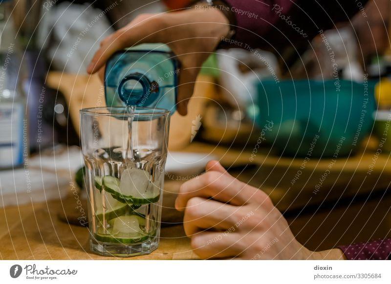 Gin & Tonic Hand Glas Getränk Flüssigkeit Flasche Alkohol Cocktail Gurke Sucht Abhängigkeit Alkoholsucht Spirituosen eingießen füllen Longdrink