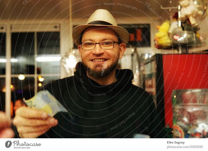 ich möchte bitte bezahlen... Mensch maskulin Junger Mann Jugendliche 1 18-30 Jahre Erwachsene Lächeln leuchten authentisch Freundlichkeit Fröhlichkeit frisch
