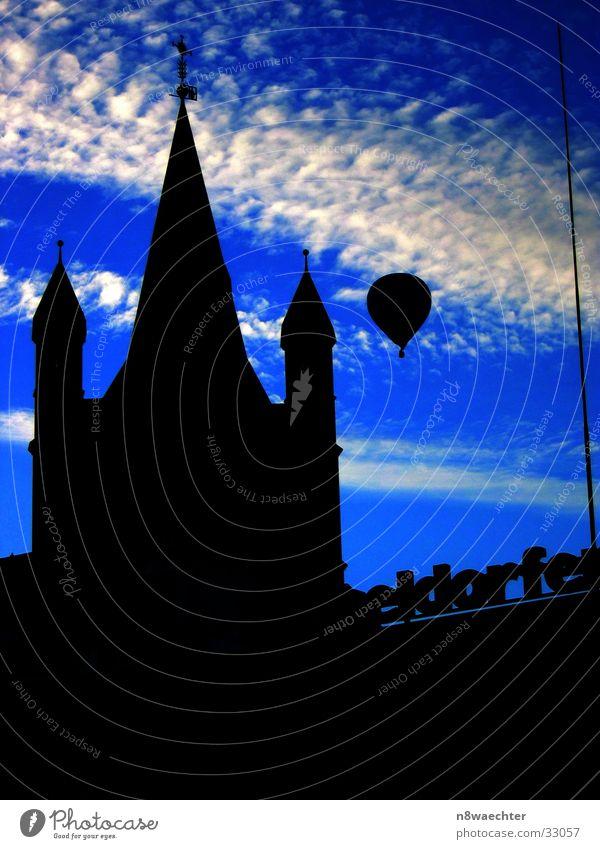 Heisse Luft über Köln I Ballone Wolken weiß Luftverkehr Shilouette Himmel Kontrast blau Abend Religion & Glaube Turm Altstadt