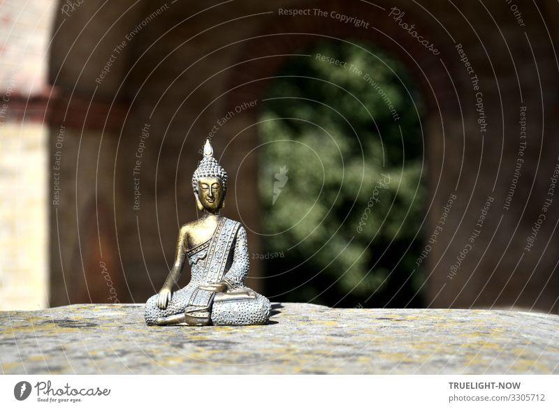 Buddha vor Mauerdurchblick blau grün Erholung ruhig gelb Glück klein Zufriedenheit gold elegant sitzen ästhetisch Lebensfreude Wellness Wohlgefühl harmonisch