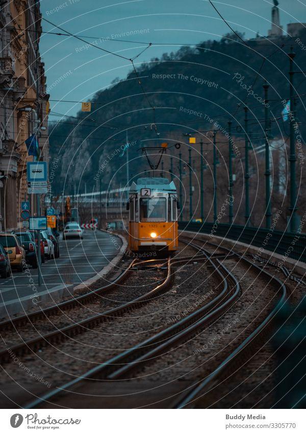 alte Tram (Linie 2) in Budapest, Ungarn Kultur Himmel Nachthimmel Herbst Stadt Hauptstadt Bahnhof Sehenswürdigkeit Verkehr Verkehrsmittel Verkehrswege