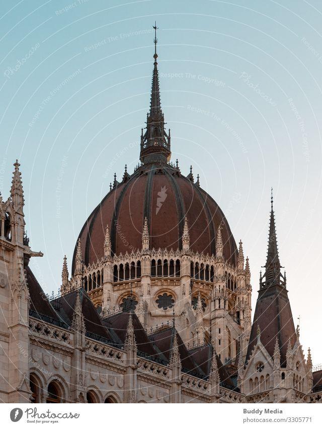 Fischerbastei in Budapest, Ungarn Himmel Wolkenloser Himmel Schönes Wetter Hauptstadt Stadtzentrum Altstadt Dom Palast Burg oder Schloss Bauwerk Gebäude