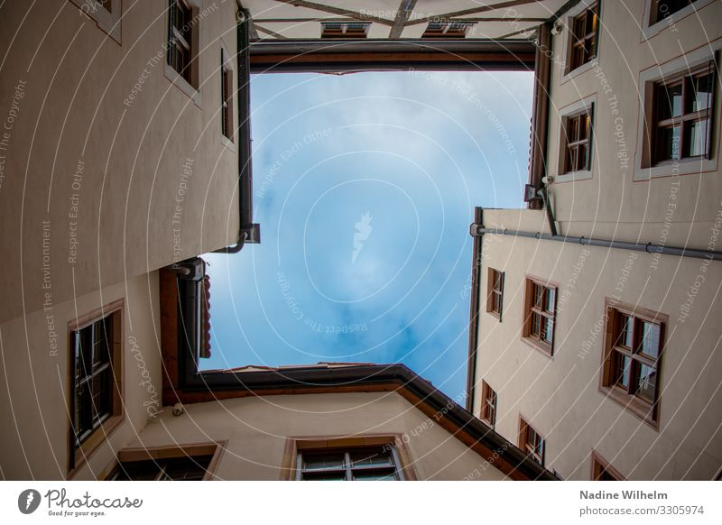 Blick gen Himmel München Deutschland Europa Stadt Stadtzentrum Haus Platz Innenhof Mauer Wand Fassade Fenster Dach Dachrinne eckig hell blau gelb grau Farbfoto