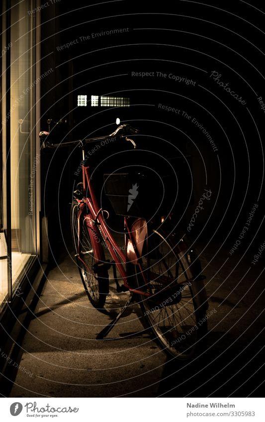 Red bicycle kaufen Fahrradfahren München Deutschland Europa Stadt Stadtzentrum Mauer Wand Schaufenster Seitengasse stehen warten dunkel hell gelb rot schwarz