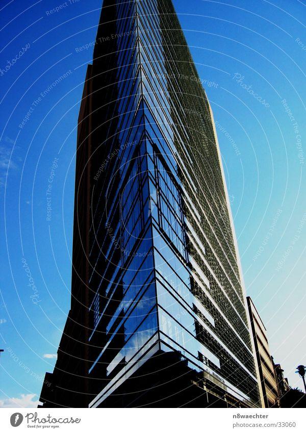 High Tech Torte Himmel blau Berlin Architektur Hochhaus Dreieck Glasfassade