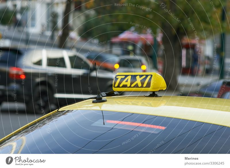 Gelbes Taxi mit Taxischild auf dem Dach Ferien & Urlaub & Reisen Tourismus Ausflug Business Verkehr Straße PKW Güterverkehr & Logistik Hintergrund Großstadt