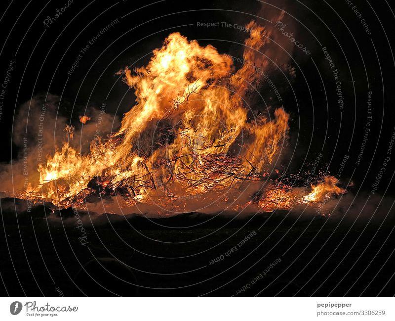 Feuer Wärme Bewegung Freizeit & Hobby leuchten Feld Abenteuer gefährlich Energie Warmherzigkeit bedrohlich Ostern Urelemente heiß Nachtleben Feuerstelle