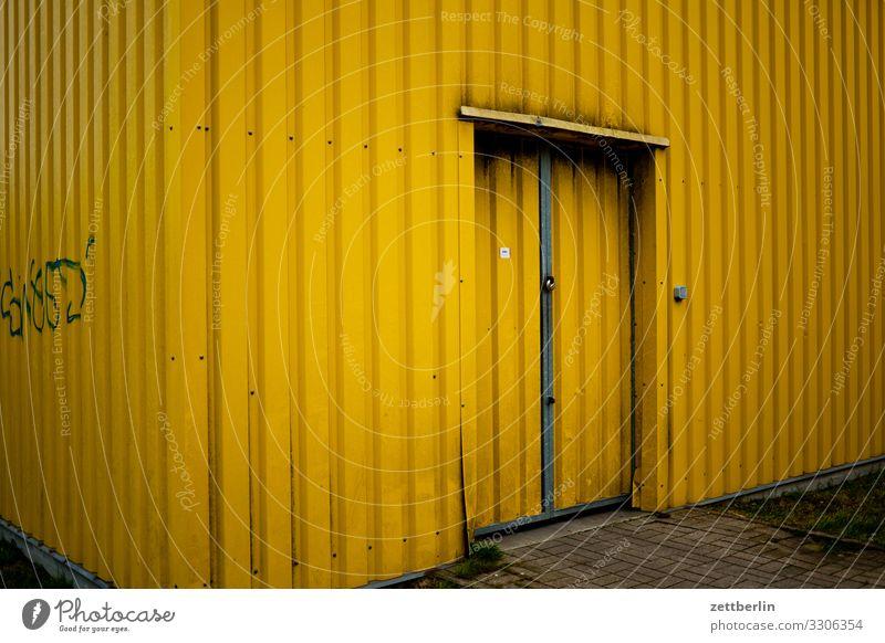 Gelbe Halle Lagerhalle Wellblech Blechdach Wellblechhütte Wellblechwand Tür Tor Eingang Ausgang Güterverkehr & Logistik Scheune Schuppen Lagerschuppen Garage