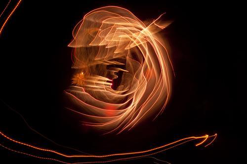 Lichtkringel blinkern Abend Bewegung mehrfarbig Dynamik Phantasie glänzend Kunst Lichtspiel Lichtschreiben Lichtmalerei Lightshow Linie Märchen Nacht Natur
