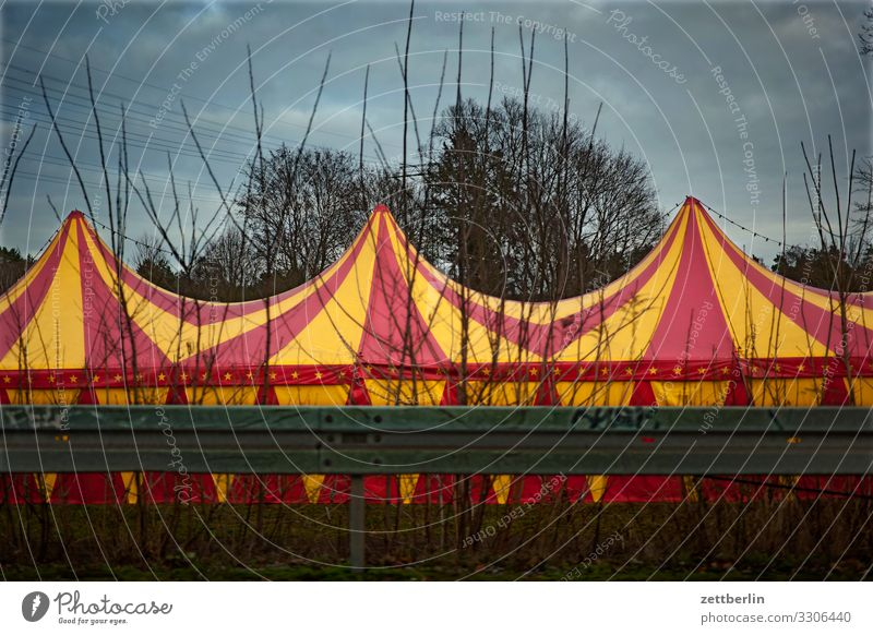 Zirkuszelt Kuppeldach Entertainment Show Wanderzirkus Zirkuswagen Zelt Zeltplane Farbe mehrfarbig gestreift Straße Leitplanke Himmel Himmel (Jenseits)