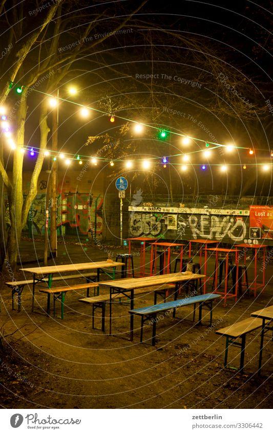 Leerer Biergarten Abend Bank Kiosk dunkel frei Gastronomie Imbiss Menschenleer Lichterkette Nacht Party Textfreiraum Tisch Beleuchtung Erkenntnis
