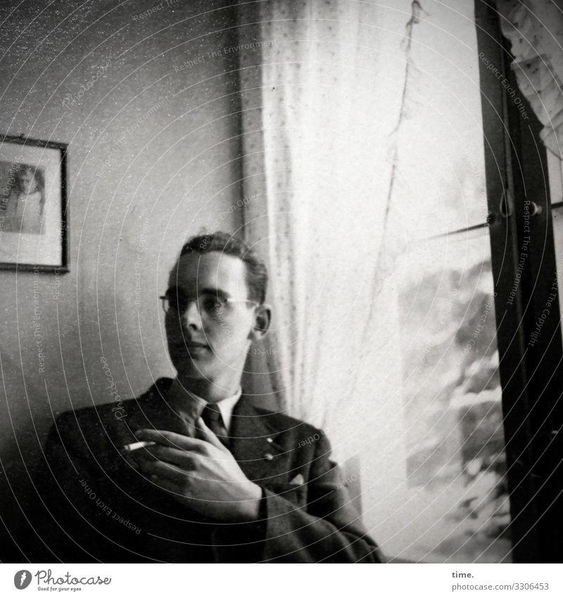 Abendzigarette Häusliches Leben Wohnung Raum Gardine Vorhang Wandmalereien maskulin Mann Erwachsene 1 Mensch Fenster Anzug Krawatte Brille kurzhaarig beobachten