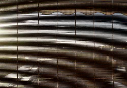 Fast blickdicht Himmel Horizont Schönes Wetter Stadt Gebäude Plattenbau Balkon Jalousie Lamellenjalousie Markise Holz Sicherheit Sichtschutz eng verborgen