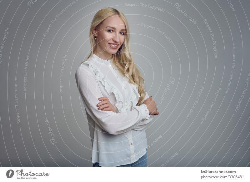 Junge lächelnde blonde Frau mit verschränkten Armen Gesicht Dekoration & Verzierung Erwachsene 1 Mensch 18-30 Jahre Jugendliche langhaarig Lächeln selbstbewußt