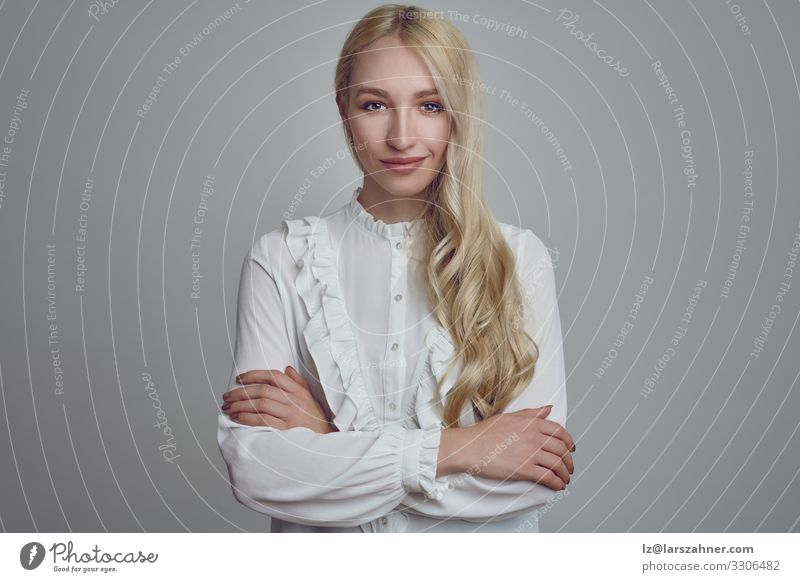 Junge langhaarige blonde Frau mit verschränkten Armen Gesicht Dekoration & Verzierung Erwachsene 1 Mensch 18-30 Jahre Jugendliche Lächeln selbstbewußt jung