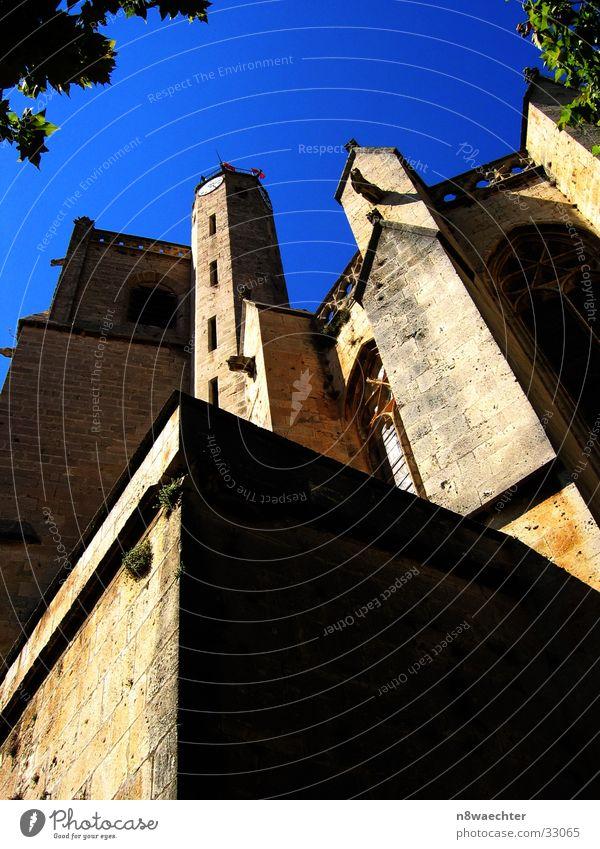 Die Türme zum Himmel... Kirchturm Mauer Fenster Südfrankreich Gotteshäuser Religion & Glaube blau Poilhes Sonne Schatten
