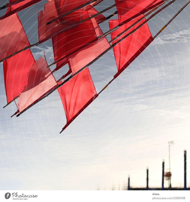 Seemannsgarn wasser fahne flaggen hafen ostsee verschwommen rot fischerei gegenlicht küste meer Fähnchen Markierung Arbeit fischereiwirtschaft rote fahne