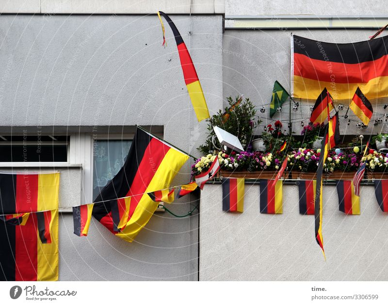 Sichtbehinderung Fahne Leidenschaft begeisterung deutsch schwarzrotgelb wimpel balkon fenster haus hängen nationalismus textil kunststoff mauer wand