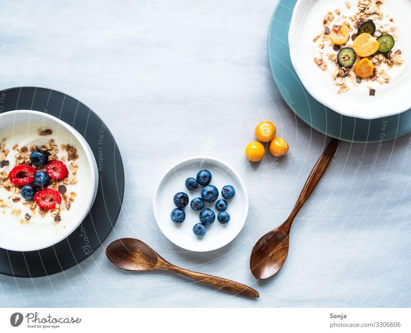 Gesundes Frühstück mit Joghurt, Müsli und Früchten Lebensmittel Frucht Getreide Haferflocken Himbeeren Blaubeeren Ernährung Diät Teller Schalen & Schüsseln