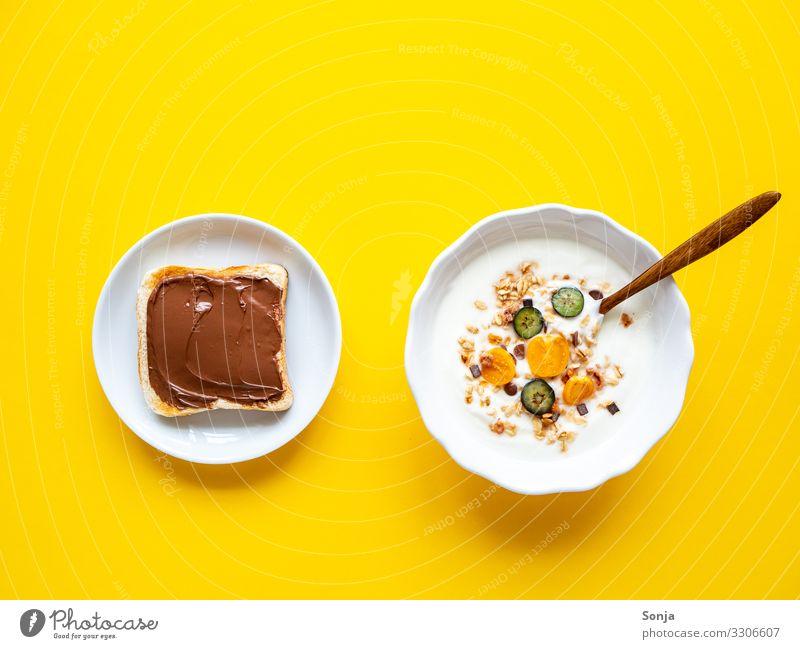Müsli mit frischen Obst und Toastbrot mit Schokocreme Lebensmittel Joghurt Frucht Brot Schokolade Nussnugatcreme Blaubeeren Physalis Ernährung Frühstück Diät