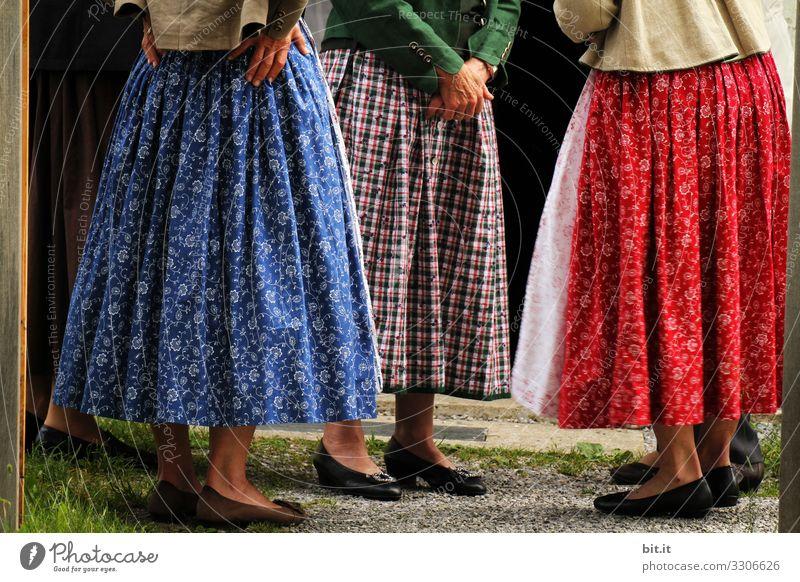 Drei Frauen im Dirndl mit Rock, Schürze, Muster, Karo und Blumen stehen zusammen in Bayern zur Gesprächsrunde. Gruppe von Damen in traditioneller Tracht, stehen gemeinsam zum Dorftratsch, Gespräch, Ratschen, Austausch, Frühschoppen versammelt im Kreis.