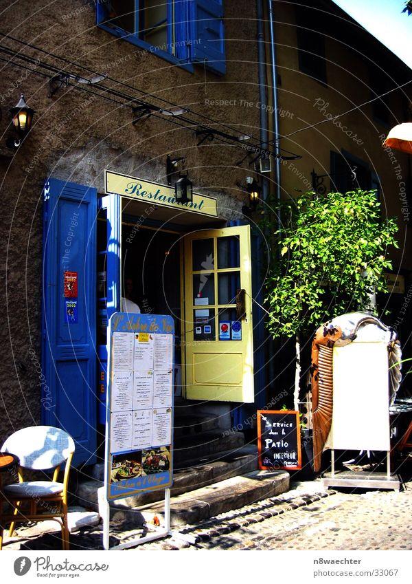 Service dans la Patio Frankreich Canal du Midi Lebensbaum Terrasse gelb Laterne Ernährung Petit Restaurant L'Arbre de Vie Tür blau Speisenkarte Werbung