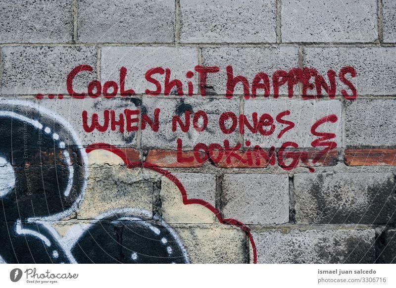 Graffiti-Buchstaben an der Wand auf der Straße in der Stadt Bilbao Spanien Briefe Farbe gemalt Kunst zeichnen Design Phrase Verlassen