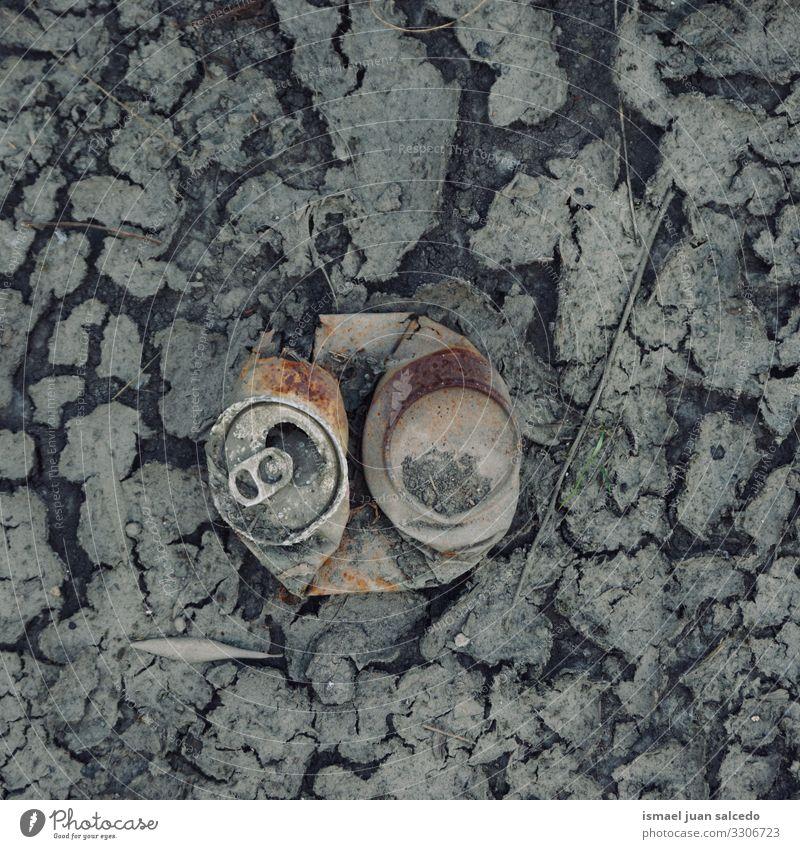 alte rostige Dose auf der trockenen Pfütze, globale Erwärmung gebrochen metallisch Objekt vereinzelt allein Verlassen Stillleben trocknen Müll Klimawandel Boden